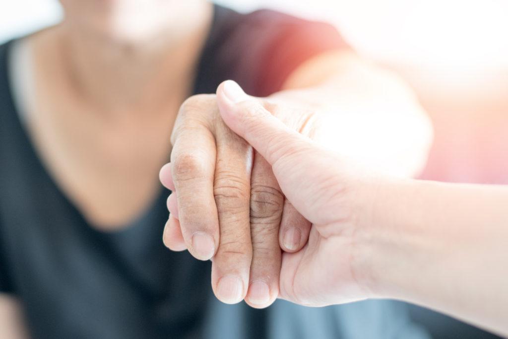 focus sur une main tenant une autre