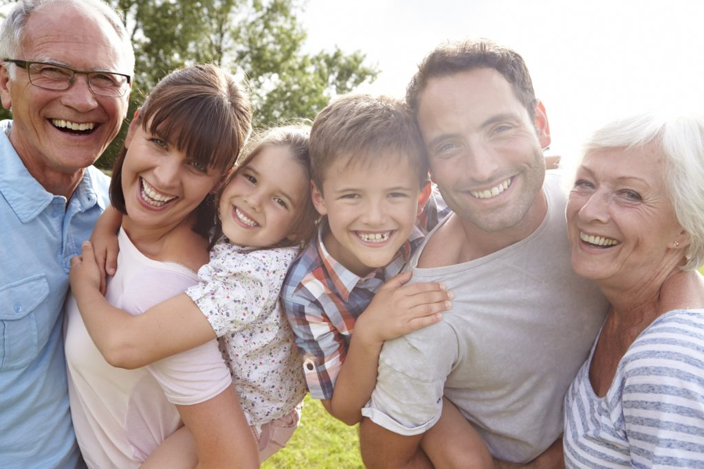 photo d'une famille multigénérationnelle souriante